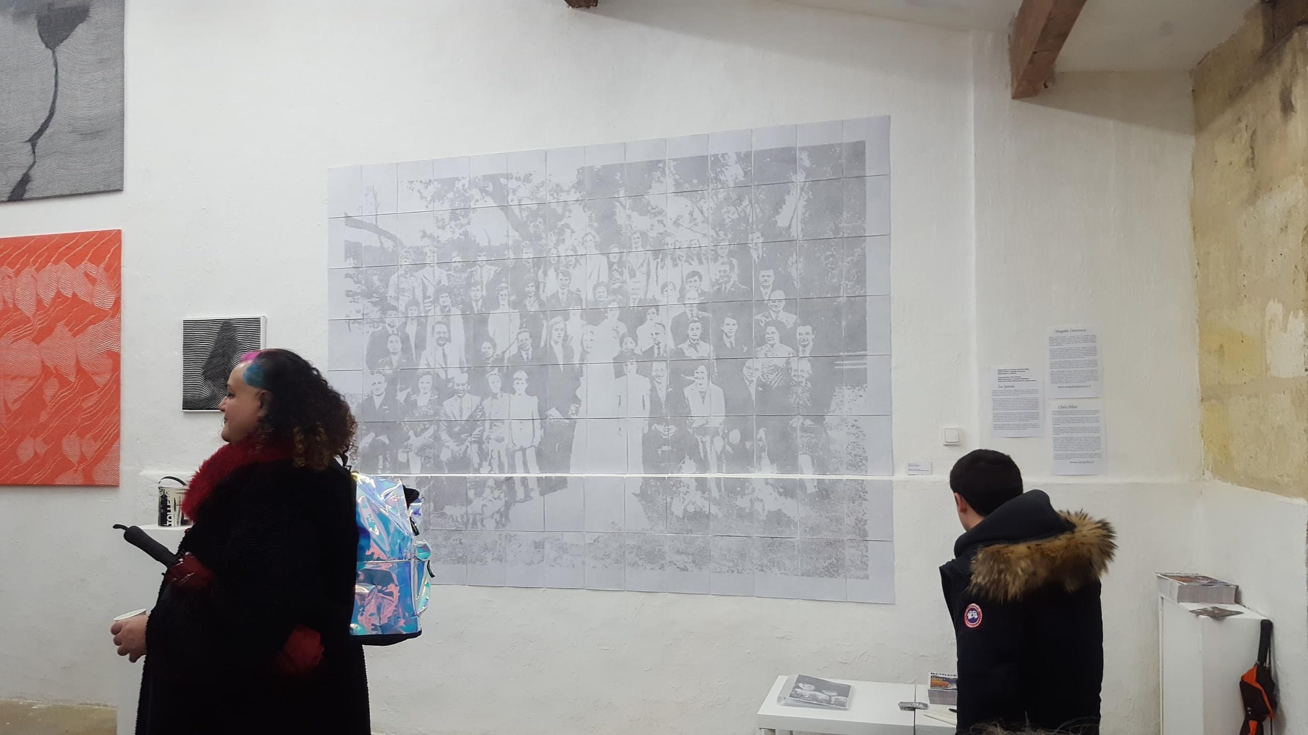 Portrait de famille07, 208 x 280cm,2019, installation de 112 dessins, poudre de mine de plomb effacée sur papier à grain